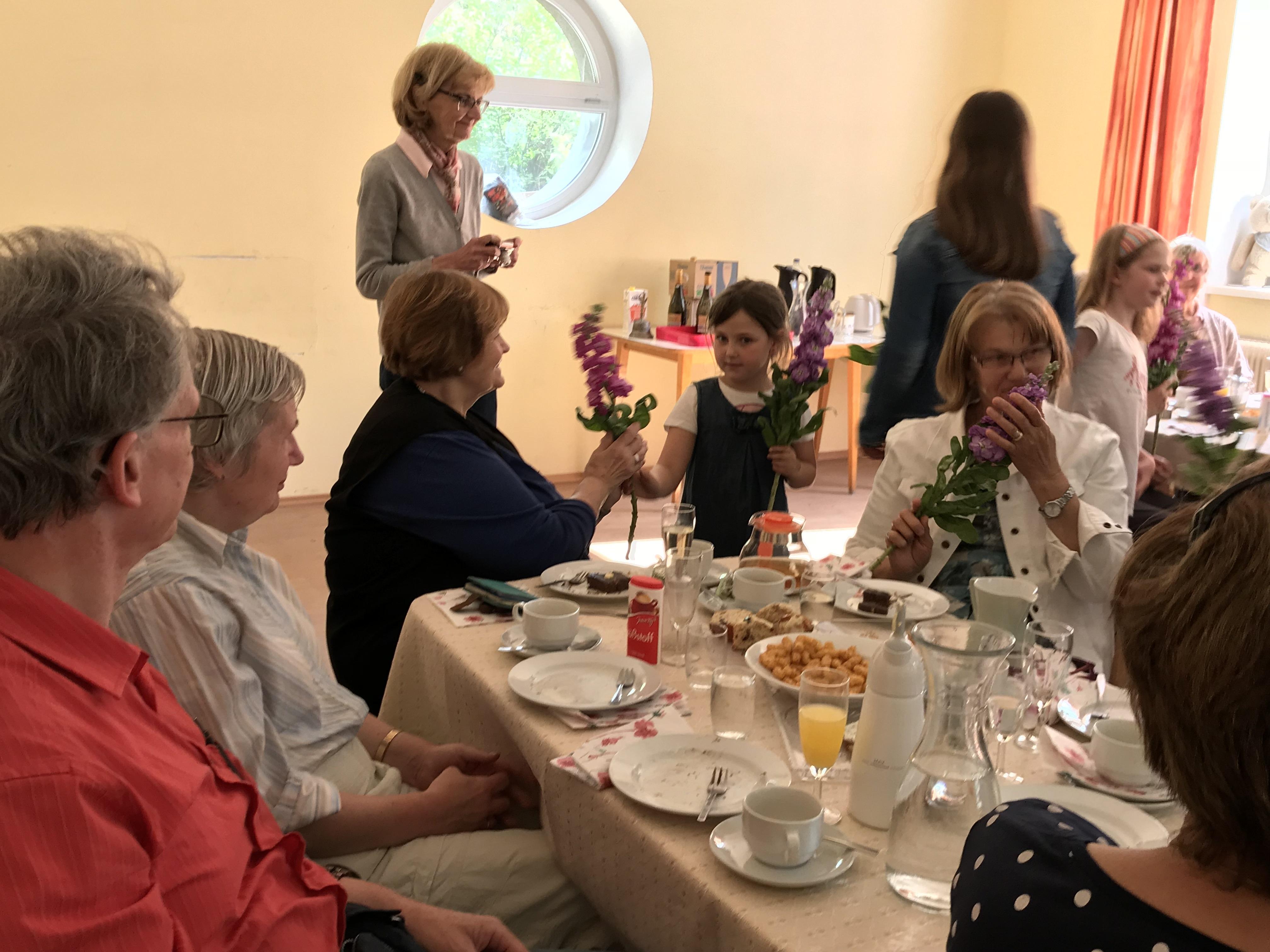 Blumen- und  Singgrüße vom Kinderchor zur Muttertagsfeier beim Seniorenclub!