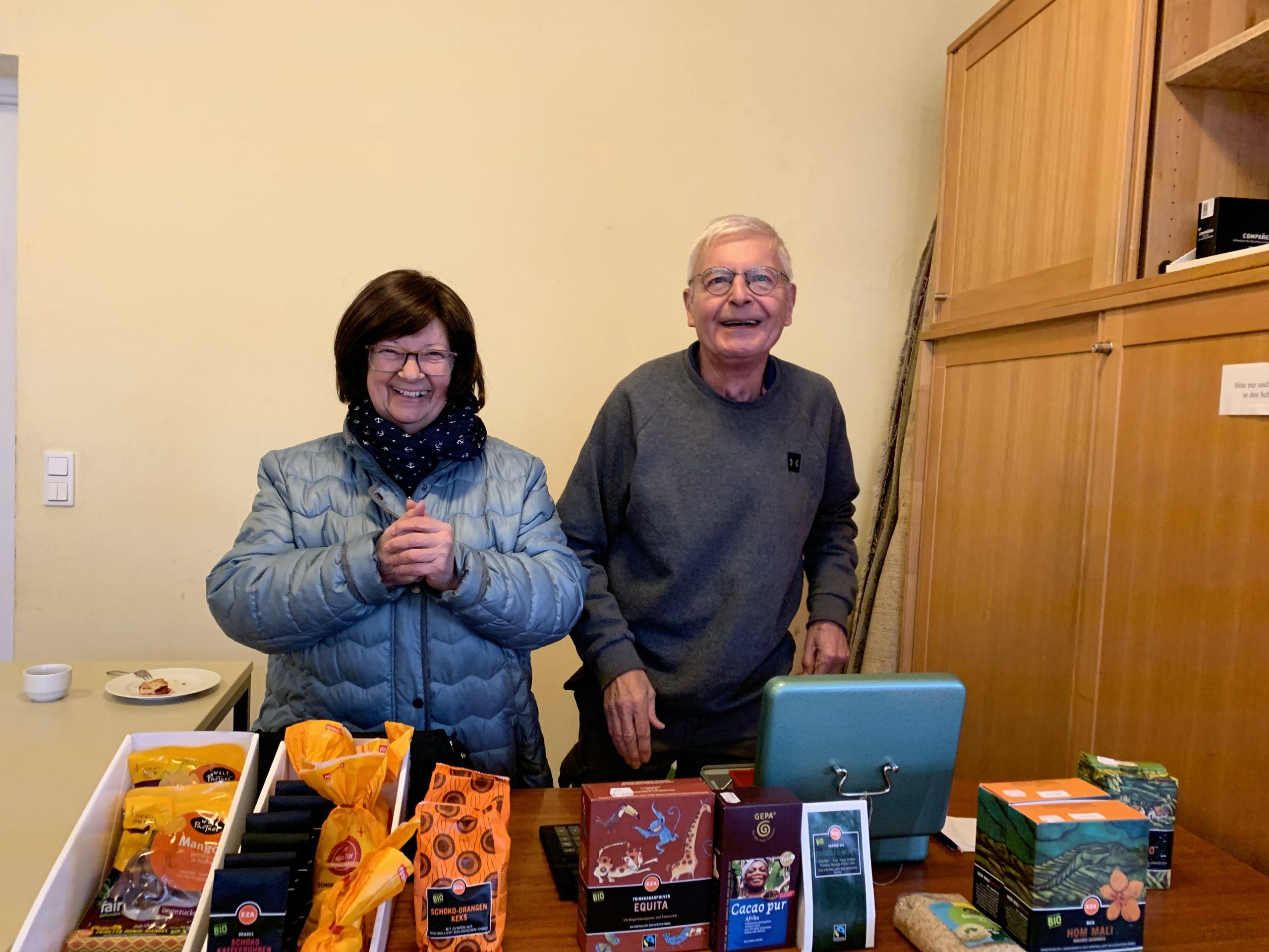 Dank dem Ehepaar Deschermaier für jahrelange Betreuung des EZA-Marktes in der Pfarre Liesing!