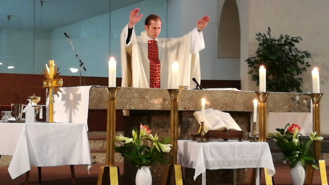 In der Sonnatgsmesse am Hl. Leopoldstag feierte Kaplan Anselm Becker den ersten Sonntagsgottesdienst in Liesing und spendete am Ende der Messe den Primizsegen.